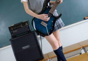 гитаристка ножки