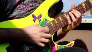 желтая гитара