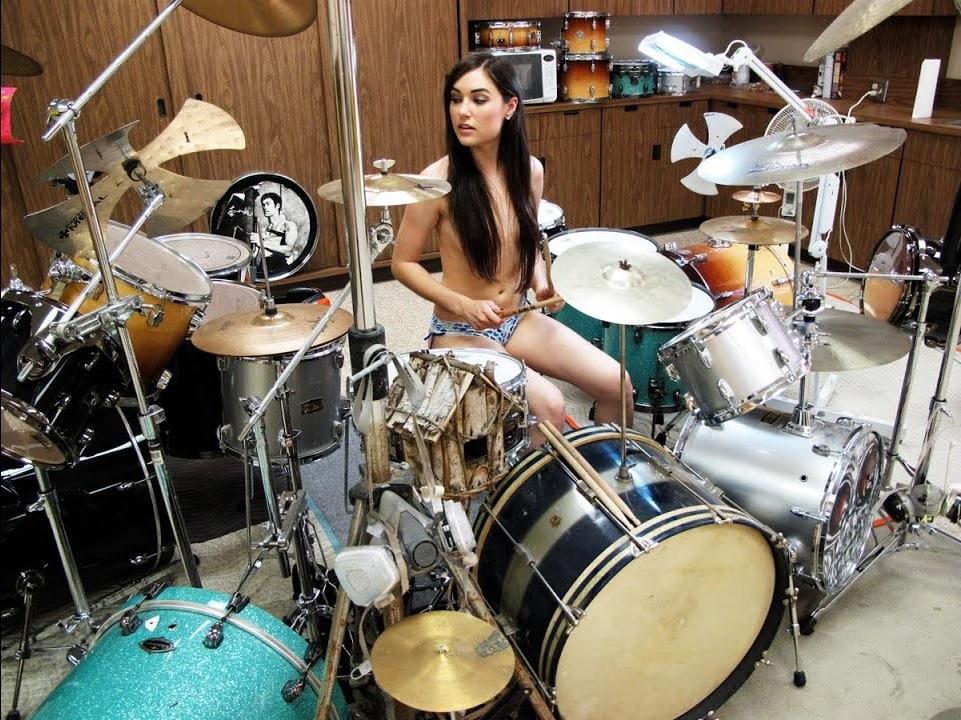 Саша Грей играет на барабанах