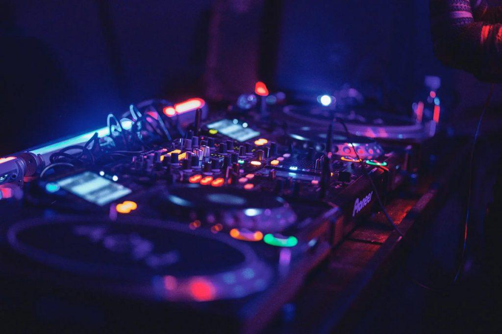 Что такое электронная танцевальная музыка (EDM)